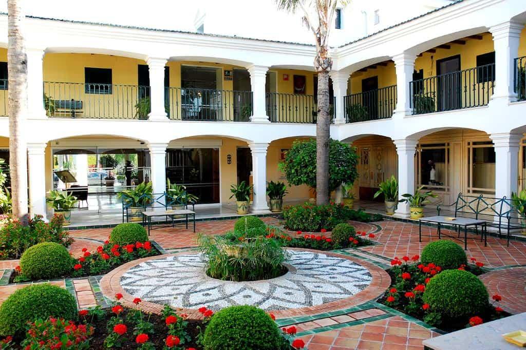 Los Monteros Courtyard